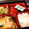 Lunch Box - Maki Sushi, Reis, gegrillter Fisch