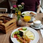 Foto zu Karlsons: Frühstück Århus und kleines Müsli mit Quark und frischen Früchten
