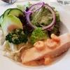 Pochierter Lachs, Garnelen und Salat