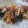 Gegrillter Pulpo mit Wakame, Kartoffeln, Gurken und Ponzu-Zwiebeln
