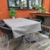 einer der Tische auf der Terrasse