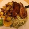 knusprig gebratenes Schweinshaxenfleisch an Braunbiersoße, Speckwirsing und Röstkartoffeln