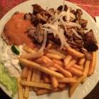 Foto zu Artemis: Thessaloniki-Teller (10,40 €) mit Gyros, Steak, pikanter Sauce, Reis, Pommes Frites und gemischtem Salat