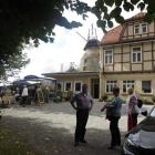 Foto zu Gasthaus Zur Windmühle: Biergarten mit Eingangsbereich