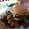 Burger mit BBQ-Rind, Kalbsbraten und Grillgemüse
