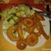 Onion Pakora (frische Zwiebelringe mariniert mit Kichererbsenmehl und frittiert mit frischen Salat)