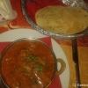 Mutton Krahi (Lammfleisch mit Paprika, Zwiebeln, Ingwer und Knoblauch in Curry-Kräutersoße) mit Papardam (hauchdünnes Knusperbrot aus Kichererbsenmehl)