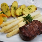 Foto zu Restaurant Die Villa: Rumpsteak vom Buchenholzfeuer mit Spargel