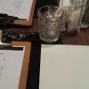 Tisch mit Klemmbrettern