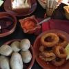 Runzelkartoffeln, rite Mojo und Tintenfischringe