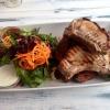 Sattelschweinkotelett, Wedges und gemischter Salat