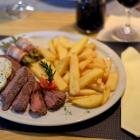 Foto zu Café Restaurant Schmuggelbud: zartes Steak aus dem Rinder-Roastbeef mit hausgemachter Kräuterbutter
