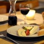 Foto zu Café Restaurant Schmuggelbud: Käseteller mit frischem Baguette