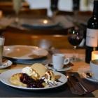 Foto zu Café Restaurant Schmuggelbud: hausgemachter Crêpe mit Vanilleeis, heißen Waldfrüchten & Sahne