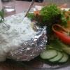 Großer Salat mit Ofenkartoffel und Kräuterquark