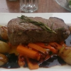 Argentinisches Rumpsteak mit Rosmarinkartoffeln, glasierten Karotten und Rotweinsauce