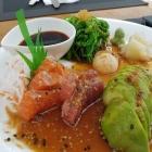 Foto zu Mangostin Airport: Sashimi-Avocado-Salat