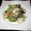 Calamarakia, Baby Calamaris gegrillt auf frischem Salat und Knoblauchsauce