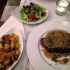 Foto zu Restaurant Fachwerk: Gegrilltes Ochsen-Rumpsteak Chefs Cut 400 g mit Pfefferrahmsauce, Bratkartoffeln und einem kleinen Beilagensalat