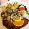 Kalbsschnitzel mit frischen Steinchampignons (braune Kappe) und dazu Kartoffeln (10,90€).