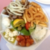Vorspeise bestehend aus Gyros, Calamari, Tsaziki, Schafskäse, dicken Bohnen, Triasalta, Pommes, Brot und dazu noch einen Beilagensalat (alles für 8,50€