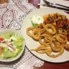Calamari frittiert mit mediterranem Gemüse und Salat (12,00 €).