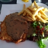 "Schnitzel ""Madagaskar"", grüne Pfeffersauce, Pommes frites und Salatgarnitur"
