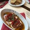 cremigen Schafskäse (7,00€) im Ofen gebacken mit Tomatenscheiben, Zwiebeln und wieder gegrilltes Weißbrot