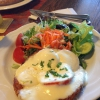 Riesenrösti mit Tomate und Mozzarella überbacken an Salatbukett