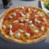 Pizza mit Salat und Mozzarella