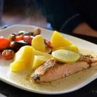 Foto zu Chaplin`s - Steakhouse & Restaurant: Lachsfilet in Dill-Rahm-Sauce