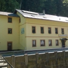Foto zu Gasthaus in der Pension Felsenmühle: Eingangsbereich (links fährt der Wagen mit täglich frisch gelieferten Forellen)