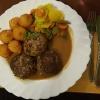 Hausgemachten Wildschweinbouletten mit Steinpilzrahmsoße, dazu Buttergemüse und Spritzkartoffeln für 12,90 €