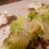 Fenchelsalsicchia mit karamellisiertem Römersalat und Parmiggiano, Ziegenkäseeis auf süßem Senf