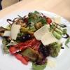 Großer bunter Salatteller mit mariniertem Gemüse und Parmesan