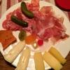 Auswahl von Rohmilchkäse von der Käserei Geifertshofen mit Mastarda ( delikate Senffrüchte ) mit Bauernbrot ( 6,90 € ) sowie die Schmanckerlplatte ( 2,00 € ).