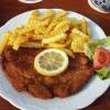 Schnitzel mit Pommes und Beilagensalat für 7,60 Euro