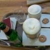 Himbeer-Sahne-Schnitte und Latte Macchiato in groß und normal
