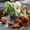 Gemischter Blattsalat mit gebratenen Pfifferlingen und Parmesanspänen