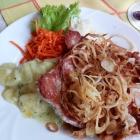 Foto zu St. Georgenberg: Schnitzel Natur mit Zwiebeln