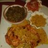 Kuku Choma (gegrilltes Hähnchenbrustfilet in Tamarinsoße mit Kachumbari) mit Irio (einem Püree aus Kartoffeln, Mais, Bohnen und Spinat)