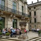 Foto zu Ludwigsluster Schloßcafé: Außenterrasse auf der Rückseite des Schlosses