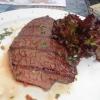 Steak mit Knoblauch gespickt