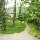 Foto zu PASTIS bistro: Ausblick vom Wintergarten auf kleinen Park
