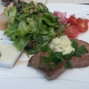 Rosa Rumpsteak mit Salat