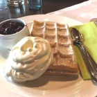 Foto zu Café Alte Kegelbahn - Schloss Cappenberg: Waffel mit Sahne und Kirschen