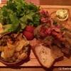 Zwiebelrostbraten vom Weiderind mit gebratenem Speck, Zwiebeln, Bratkartoffeln und Salat (19,80€)