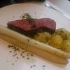 Tranche vom gebratenen Roastbeef an Pfeffer-Bearnaise mit frischem Spargel und rissolierten Kartoffeln