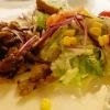 Frischer Salat mit Gyrosfleisch und Tzatziki