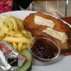 Bayrisches Schnitzel mit Camembert, Preiselbeeren und Pommes